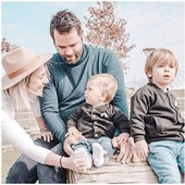 H A P P Y  F A M I L Y  Le petit duo de bombers MINI BRO et BIG BRO 🤍  Magnifique photo merci @dans_les_valises_des_garcons  . . #heymamagang #familytime #preciousmoment #bigbro #minibro #grandfrere #petitfrere #fratrie #famille #vacances #vetementenfant #personnalisation #marquefrancaise #createurfrancai