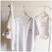 Le cadeau de naissance parfait, en coton biologique 🌱 et personnalisé. Un tee-shirt confortable et des couleurs douces, un lange ☁️ indispensable pour le début avec bébé.  Le lange c'est vraiment la pièce cadeau que j'affectionne particulièrement : il sert en toute circonstance !  Une petite couverture légère, une petite tétée improvisée, un grand bébé à nettoyer : il sert longtemps !  . . #heymamagang #cadeaudenaissance #cadeaupersonnalise #cadeaugrossesse #lange #maman #sejourmaternite #maternité #mumlife #marraine #parents #aixenprovence #marseille #conceptstore #commandebebe