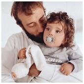 Un bon week end tout doux à vous 🤍 profitez et reposez vous bien ! 📸 @lolaetsesminis  . . #heymamagang #sweatpersonnalise #fatherhood #pull #personnalisation #ottdkids #friday #vendredi #dadandson #mamanblogueuse #viedepapa #weekend #aixenprovence #marseille #cadeaunoel #noel2021