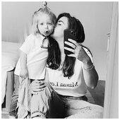 ✨ Bonne fête les Mamans !  Qu'est ce qu'on la mérite cette journée hommage 😂  J'ai vu un post chez @delphinemaarek qui m'a beaucoup fait réfléchir sur ce que l'on voit ou ce que l'on entend sur la maternité.  Oui c'est difficile c'est vrai, c'est toujours des dilemmes sans fins, une patience à toute épreuve, des difficultés physiques, morales...  Mais c'est vrai aussi que toute cette transparence et ces vérités sans filtres sont assez dures à se prendre dans la figure. Je pense notamment à toutes celles qui veulent des enfants à tout prix mais pour qui rien est facile.. Alors oui, être mère, être parent ça vous change à tout jamais. C'est dur et ça vous pousse toujours dans vos retranchements. Mais putain on a un/des enfants.  C'est magnifique, magique, c'est tellement d'amour et c'est tellement fou ! J'en reviens toujours pas que «c'est moi qui ait fait ça !!» 😂🤍 Ma Loulou c'est ma vie et aujourd'hui j'ai eu droit au traditionnel poème appris à l'école et à la fleur en mousse plantée dans du sable (mais qu'est ce que je vais faite de ça ! Je peux même pas le mettre dans une boîte !)  Alors bonne fête, à toutes les mamans de fait ou de coeur ♥️  . . #heymamagang #bonnefete #fetedesmeres #mamancomblée #fetedesmamans #mumanddaughter #merefille #mumofone  . . Et un petit clin d'œil à toutes mes copines supers mamans : @cariocacoppola @boubitrack @marine1323 @stephanie_dpaix @fiorenza_v @little_amande (Marie je t'ai pas trouvée ! 😂) @12avril_ @sellynelarock @claire__petro