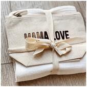 Le duo lange/pochette personnalisé : un cadeau à offrir ou à s'offrir à petit prix ! . . #heymamagang #pochette #lange #cadeau #naissance #maman #futuremaman #cadeaupersonnalise #maman2022 #maman2021 #maternite #futuremaman #listedenaissance #valisematernite